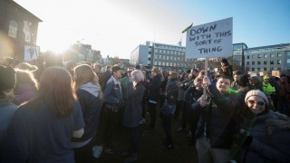 """People protest against Iceland's Prime Minister Sigmundur David Gunnlaugsson outside parliament in Reykjavik, Iceland on April 4, 2016.    Iceland's prime minister faced calls to resign after leaked """"Panama Papers"""" tax documents showed he and his wife used an offshore firm to allegedly hide million-dollar investments.  / AFP / HALLDOR KOLBEINS"""