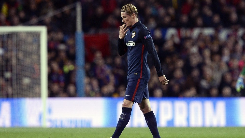 Atletico Madrid's forward Fernando Torres leaves the field after being sent off during the UEFA Champions League quarter finals first leg football match FC Barcelona vs Atletico de Madrid at the Camp Nou stadium in Barcelona on April 5, 2016. / AFP / JOSEP LAGO