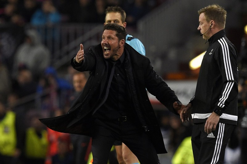 Atletico Madrid's Argentinian coach Diego Simeone (L) gestures from the sideline during the UEFA Champions League quarter finals first leg football match FC Barcelona vs Atletico de Madrid at the Camp Nou stadium in Barcelona on April 5, 2016. / AFP / LLUIS GENE
