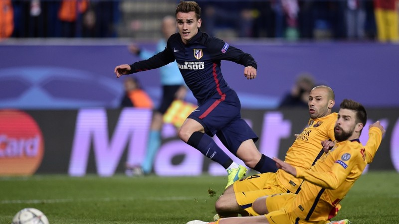 Atletico Madrid's French forward Antoine Griezmann (L) vies with Barcelona's Argentinian defender Javier Mascherano (C) and Barcelona's defender Gerard Pique during the Champions League quarter-final second leg football match Club Atletico de Madrid vs FC Barcelona at the Vicente Calderon stadium in Madrid on April 13, 2016. / AFP PHOTO / JAVIER SORIANO