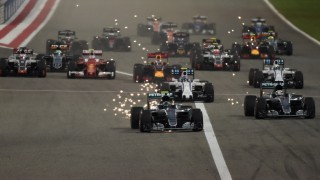 Mercedes AMG Petronas F1 Team's German driver Nico Rosberg leads at the start of the Bahrain Formula One Grand Prix at the Sakhir circuit in Manama on April 3, 2016.  AFP PHOTO / MOHAMMED AL-SHAIKH / AFP / MOHAMMED AL-SHAIKH