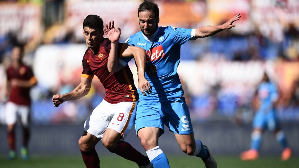 Roma's midfielder Diego Perotti (L) vies with Napoli's forward from Argentina Gonzalo Higuain during the Italian Serie A football match AS Roma vs Napoli on April 25, 2016 at the Olympic Stadium in Rome.   AFP PHOTO / FILIPPO MONTEFORTE / AFP PHOTO / FILIPPO MONTEFORTE