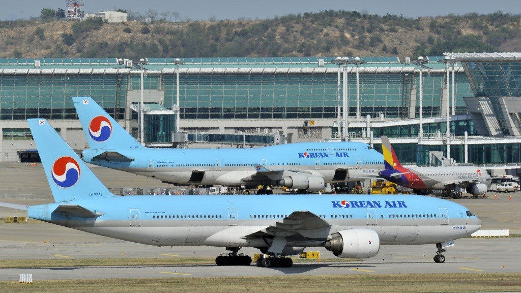 South Korea's Korean Air planes sit on the tarmac at Incheon international airport, west of Seoul, on May 2, 2012.  Electronic jamming signals from North Korea have affected scores of civilian flights in and out of South Korea, a Seoul official said, amid rising tensions with Pyongyang. GPS disruption was noticeable around Incheon airport, the South's main international gateway. AFP PHOTO / JUNG YEON-JE / AFP / JUNG YEON-JE