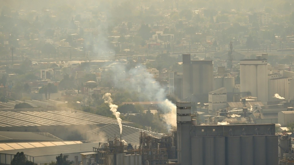 View of factories in Tlalnepantla, Mexico State, near Mexico City, on March 18, 2016. Mexican officials lifted a four-day air pollution alert in the nation's densely-populated capital after ozone levels dropped, according to them, to acceptable levels. Mexico City authorities issued the first air pollution alert in 14 years due to high ozone levels, restricting traffic, encouraging children to stay indoors and ordering factories to cut emissions. AFP PHOTO / RONALDO SCHEMIDT / AFP / RONALDO SCHEMIDT