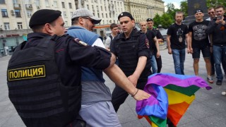Russian riot policemen detain a gay and LGBT rights activist during an unauthorized gay rights activists rally in central Moscow on May 30, 2015. Moscow city authorities turned down demands for a gay rights rally. AFP PHOTO/DMITRY SEREBRYAKOV / AFP PHOTO / DMITRY SEREBRYAKOV