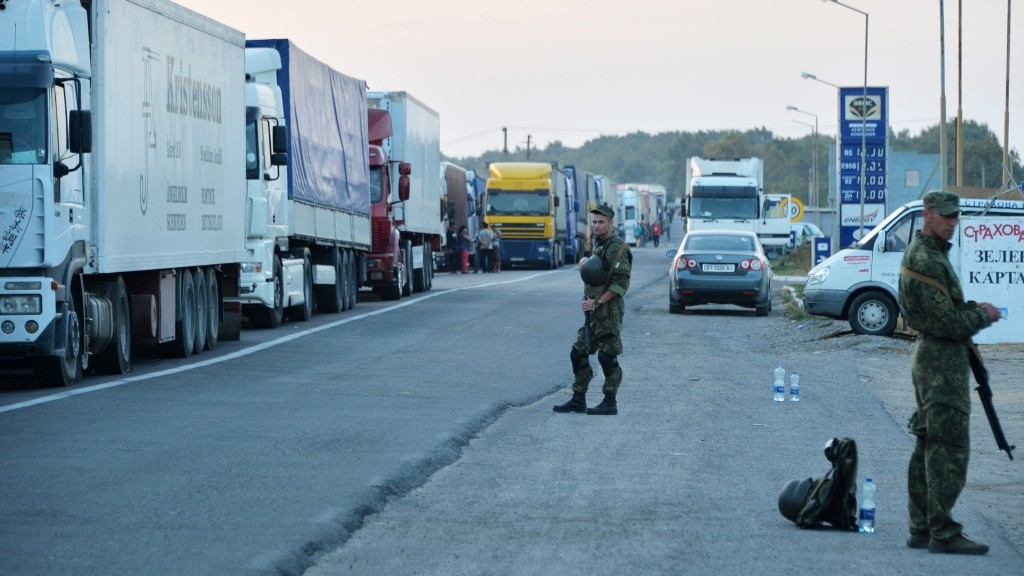 Ukrainian police stand guard near to the border crossing point at Kalanchak, on September 20, 2015. Hundreds of pro-Kiev activists from Crimea's Tatar community on September 20 launched a blockade of roads for  trucks from Ukraine to the peninsula to protest Russia's seizure of their home region. AFP PHOTO/GENYA SAVILOV / AFP PHOTO / GENYA SAVILOV
