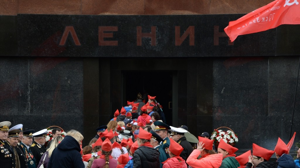2626741 05/17/2015 School pupils visit the Lenin Mausoleum after the young pioneer induction ceremony on Red Square. Vladimir Fedorenko/RIA Novosti