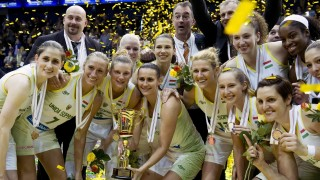 Sopron, 2016. április 25. A soproni játékosok ünnepelnek, miután 81-60-ra gyõztek a nõi kosárlabda NB I döntõjének harmadik, UNIQA Sopron - CMB CARGO UNI Gyõr mérkõzésén Sopronban 2016. április 25-én. Tizedszer lett bajnok az UNIQA Sopron nõi kosárlabdacsapata. MTI Fotó: Koszticsák Szilárd