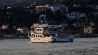 Mitilíni, 2016. április 4. Illegális bevándorlókkal a fedélzetén egy komp indul az északkelet-görögországi Leszbosz szigetén lévõ Mitilínibõl a törökországi Dikili kikötõjébe 2016. április 4-én. Az Európai Unió és a török kormány között március 18-án létrejött menekültügyi megállapodás értelmében megkezdõdik a görög hatóságok által elutasított menedékkérõk és a menedékjogi kérelem benyújtásától elzárkózó illegális határátlépõk visszaküldése Törökországba. (MTI/EPA/Oresztisz Panajotu)