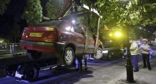 Budapest, 2008. július 5.Az éjszakai órákban elszállítják az Andrássy úton a kihelyezett táblák ellenére tiltott helyen parkoló gépkocsikat a melegfelvonulás helyszíneiről. Az elszállított autókat tulajdonosaik az 56-osok terén találhatják meg. A rendőrség szabálysértési bírságot sem szab ki, sőt, még az elszállítás költségeit sem térítteti meg a tulajdonosokkal.MTI Fotó: Füzesi Ferenc