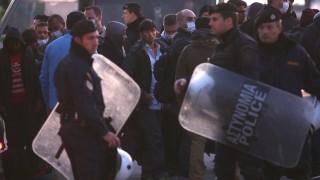 Mitilíni, 2016. április 4. Illegális bevándorlók várakoznak Mitilíni kikötõjében az északkelet-görögországi Leszbosz szigetén 2016. április 4-én. Az Európai Unió és a török kormány között március 18-án létrejött menekültügyi megállapodás értelmében megkezdõdik a görög hatóságok által elutasított menedékkérõk és a menedékjogi kérelem benyújtásától elzárkózó illegális határátlépõk visszaküldése Törökországba. (MTI/EPA/Oresztisz Panajotu)
