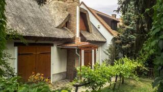 Vászoly, 2015. június 28.Egy felújított, nádtetős nyaraló épület részlete.MTVA/Bizományosi: Nagy Zoltán ***************************Kedves Felhasználó!Ez a fotó nem a Duna Médiaszolgáltató Zrt./MTI által készített és kiadott fényképfelvétel, így harmadik személy által támasztott bárminemű – különösen szerzői jogi, szomszédos jogi és személyiségi jogi – igényért a fotó készítője közvetlenül maga áll helyt, az MTVA felelőssége e körben kizárt.