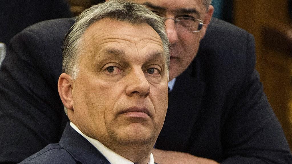 Budapest, 2016. április 11.Orbán Viktor miniszterelnök (elöl) és Kósa Lajos, a Fidesz frakcióvezetője az Országgyűlés plenáris ülésén 2016. április 11-én.MTI Fotó: Illyés Tibor