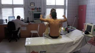 Ózd, 2012. január 20.EKG-vizsgálatra készítenek elő egy beteget az ózdi Almási Balogh Pál Kórház Egészségügyi és Szolgáltató Nonprofit Kft. sürgősségi osztályán. A kórház a harmadik helyen végzett a HáziPatika.com által meghirdetett Az év kórháza szavazáson.MTI Fotó: Vajda János