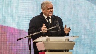Jaroslaw Kaczynski, leader of Law and Justice party (PiS) and twin brother of late Polish president Lech Kaczynski, speaks during an evening ceremony marking the sixth anniversary of the presidential plane crash in Smolensk, in front of the presidential palace in Warsaw, on April 10, 2016.  Poland marked the sixth anniversary today of the jet crash that killed then president Lech Kaczynski amid louder-than-ever claims it was no accident -- fuelled by his twin brother's party winning power last year. / AFP PHOTO / WOJTEK RADWANSKI