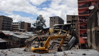 Security and rescue personel continue for the third-day with the search of bodies trapped in rubble on May 2, 2016 at the scene of a collapsed residential building in the low-income suburb of Huruma in Nairobi.  The death toll in the collapse of a six-storey building in Nairobi on April 29 rose to 21 on May 2 after four more bodies were pulled from the rubble of the residential structure that gave way during weekend storms. / AFP PHOTO / TONY KARUMBA