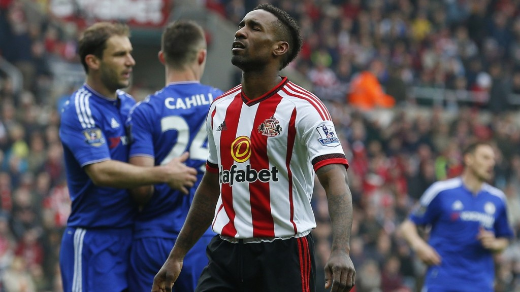 Sunderland's English striker Jermain Defoe (C) reacts after missing a shot on goal during the English Premier League football match between Sunderland and Chelsea at the Stadium of Light in Sunderland, northeast England on May 7, 2016. / AFP PHOTO / LINDSEY PARNABY / RESTRICTED TO EDITORIAL USE. No use with unauthorized audio, video, data, fixture lists, club/league logos or 'live' services. Online in-match use limited to 75 images, no video emulation. No use in betting, games or single club/league/player publications.  /