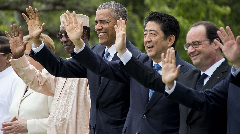 """US President Barack Obama (C) waves with Chad President Idriss Deby Itno (L), Japanese Prime Minister Shinzo Abe (2nd R) and French President Francois Hollande (R) for the """"Outreach Session"""" family photo with world leaders at the G7 Summit in Shima in Mie prefecture on May 27, 2016. A British secession from the European Union in next month's referendum could have disastrous economic consequences, G7 leaders warned on May 27 at the close of the summit in Japan. / AFP PHOTO / JIM WATSON / """"The erroneous mention[s] appearing in the metadata of this photo by JIM WATSON has been modified in AFP systems in the following manner: [AFP as source] instead of [POOL]. Please immediately remove the erroneous mention[s] from all your online services and delete it (them) from your servers. If you have been authorized by AFP to distribute it (them) to third parties, please ensure that the same actions are carried out by them. Failure to promptly comply with these instructions will entail liability on your part for any continued or post notification usage. Therefore we thank you very much for all your attention and prompt action. We are sorry for the inconvenience this notification may cause and remain at your disposal for any further information you may require."""""""