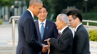 US President Barack Obama (L) speaks with 91-year-old Sunao Tsuboi (2nd R), a survivor of the 1945 atomic bombing of Hiroshima, as Japanese Prime Minister Shinzo Abe (2nd L) listens during a visit to the Hiroshima Peace Memorial Park on May 27, 2016.   Obama on May 27 paid moving tribute to victims of the world's first nuclear attack. / AFP PHOTO / POOL / KIMIMASA MAYAMA