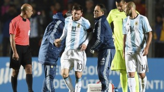 Argentina's forward Lionel Messi (C) is assisted after being injured during a friendly football match against Honduras at Bicentenario stadium in San Juan, some 1110 Km west of Buenos Aires on May 27, 2016. / AFP PHOTO / EITAN ABRAMOVICH