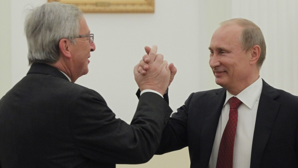 Russia's President Vladimir Putin (R) meets Luxembourg Prime Minister and Eurogroup president Jean-Claude Juncker in Moscow on September 25, 2012. Jean-Claude Juncker is on a working visit to Russia. AFP PHOTO / POOL/  YURI KOCHETKOV / AFP PHOTO / POOL / YURI KOCHETKOV