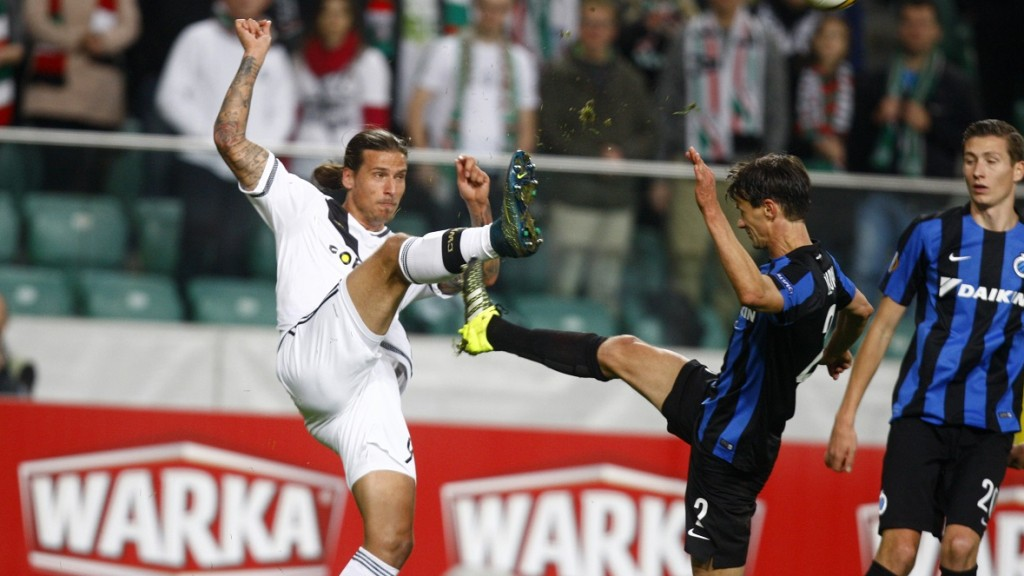 Legia's Aleksandar Prijovic (L) vies for the ball with Brugge's Davy De Fauw during the UEFA Europa Leage football match Legia Warszawa vs Club Brugge KV in Warsaw, Poland on October 22, 2015. AFP PHOTO / PIOTR NOWAK / AFP PHOTO / PIOTR NOWAK