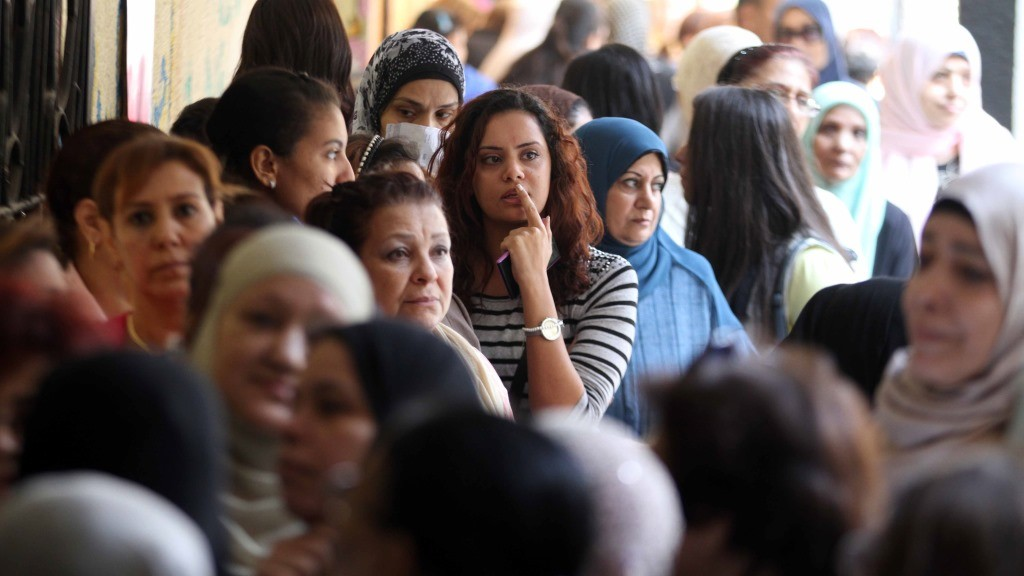 Egyptian women queue at a polling station in the capital Cairo on November 22, 2015, on the first day of the second and final round of the country's parliamentary elections. Egyptians began voting Sunday across 13 of the country's 27 provinces in the second phase of parliamentary elections after a low turnout marred the first stage in the absence of any strong opposition. AFP PHOTO / STR / AFP PHOTO / STR