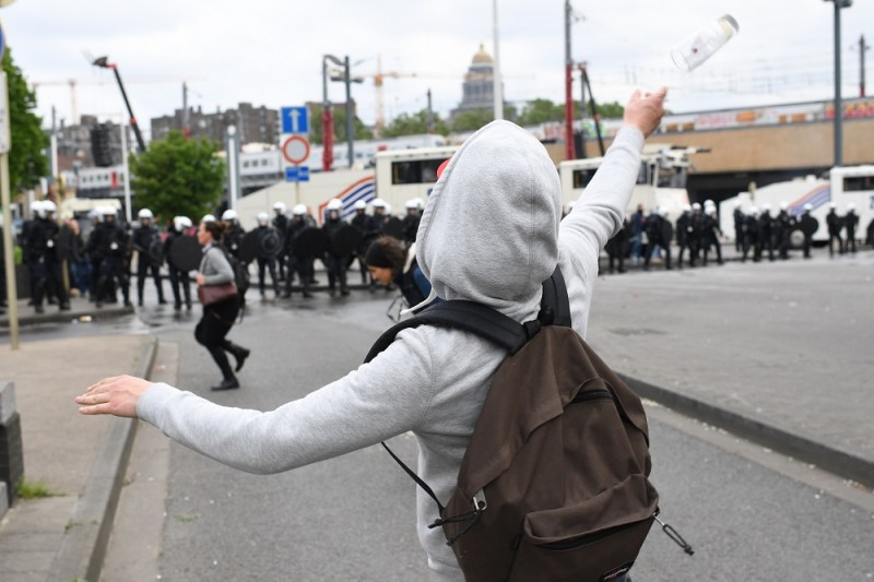Demonstrators clash with the police during a national demonstration of the three main trade unions, Tuesday 24 May 2016, in Brussels. Today christian democrat union, ACV-CSC, socialist union FGTB-ABVV and liberal union CGSLB-ACLVB hold a demonstration against measures introduced by the Federal Government. BELGA PHOTO DIRK WAEM