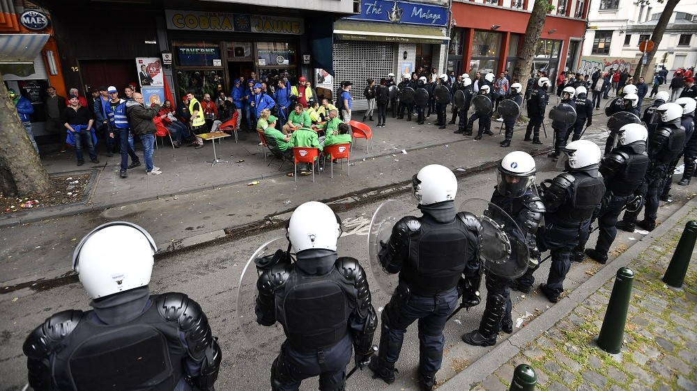 Demonstrators and riot police pictured during a national demonstration of the three main trade unions, Tuesday 24 May 2016, in Brussels. Today christian democrat union, ACV-CSC, socialist union FGTB-ABVV and liberal union CGSLB-ACLVB hold a demonstration against measures introduced by the Federal Government. BELGA PHOTO ERIC LALMAND