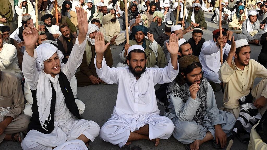 Pakistan members of Jamiat Nazriati party shout slogans in a rally to pay tribute to Afghanistan's deceased Taliban chief Mullah Omar, in Quetta on August 2, 2015. New Taliban leader Mullah Akhtar Mansour called for unity in the movement August 1, in his first audio message since becoming head of the group that faces deepening splits following the death of longtime chief Mullah Omar. AFP PHOTO / Banaras KHAN / AFP PHOTO / BANARAS KHAN