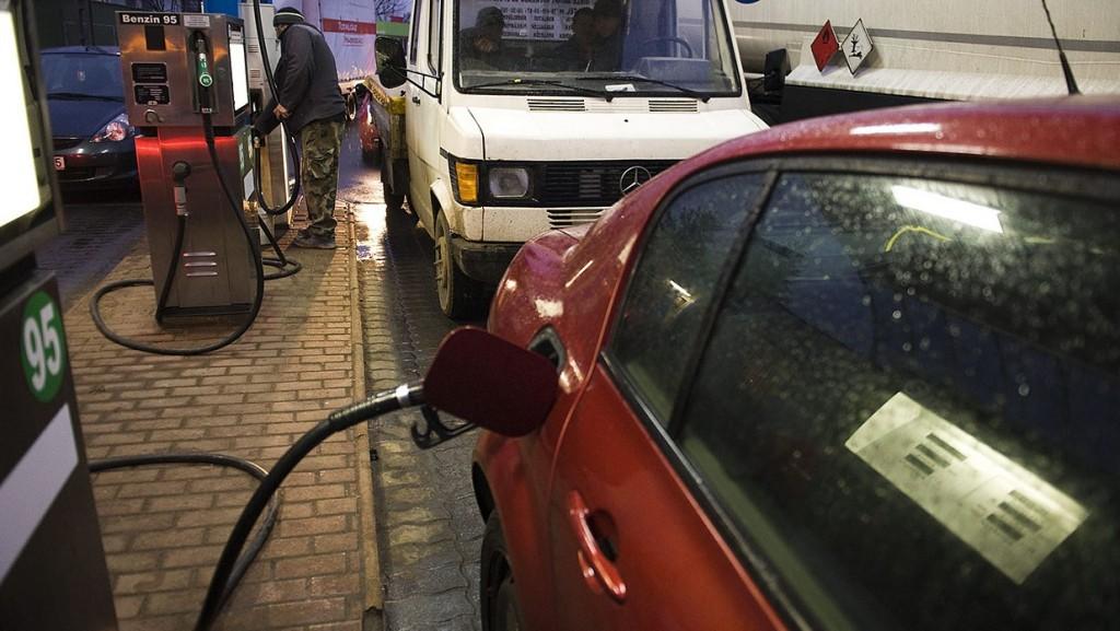 Nyíregyháza, 2012. január 10.Autósok tankolnak Nyíregyháza-Sóstóhegyen az egyik töltőállomásnál a Kemecsei úton. Bruttó 10-10 forinttal emeli a 95-ös benzin, illetve a gázolaj literenkénti nagykereskedelmi árát 2012. január 11-én a Mol, ezzel mindkét üzemanyag ára új történelmi csúcsot ért el.MTI Fotó: Balázs Attila