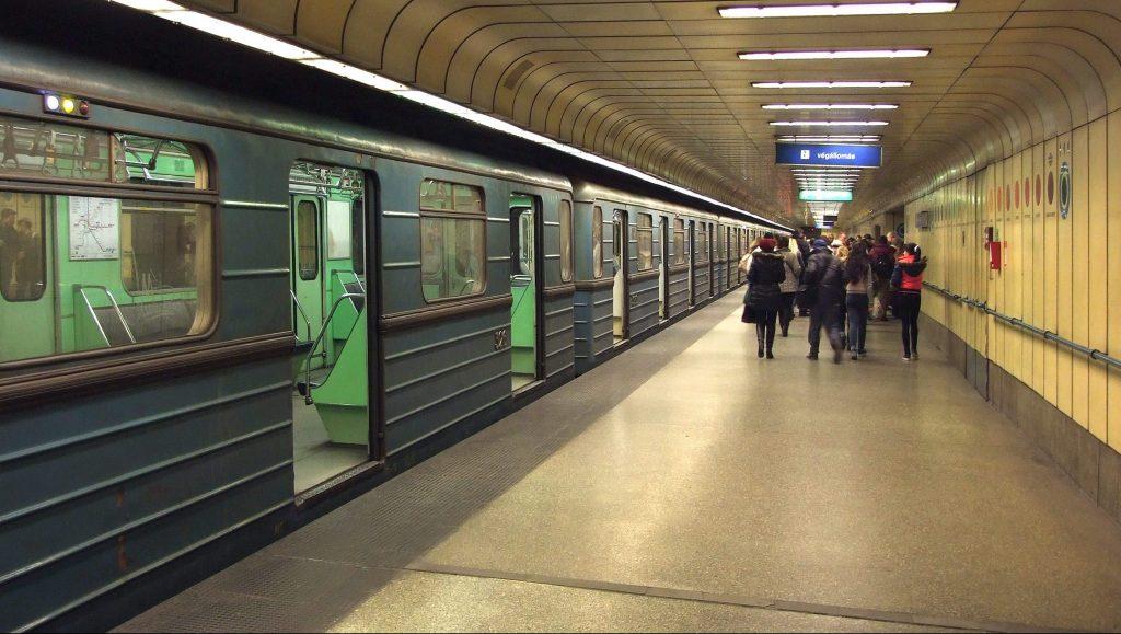 Budapest, 2016. február 26. Utasok szálltak ki a BKK-BKV 3-as metrójának egyik szerelvényébõl és tartanak a kijárat felé az északi végállomáson, Újpest-Központnál. MTVA/Bizományosi: Jászai Csaba  *************************** Kedves Felhasználó! Ez a fotó nem a Duna Médiaszolgáltató Zrt./MTI által készített és kiadott fényképfelvétel, így harmadik személy által támasztott bárminemû – különösen szerzõi jogi, szomszédos jogi és személyiségi jogi – igényért a fotó készítõje közvetlenül maga áll helyt, az MTVA felelõssége e körben kizárt.