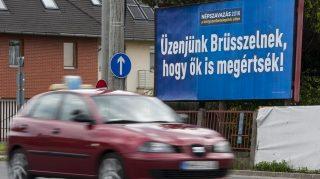 """Debrecen, 2016. május 18. A kényszerbetelepítés elleni népszavazáson való részvételre felhívó óriásplakát Debrecenben, a Bartók Béla úton 2016. május 18-án. Kampányt indított május 13-án a magyar kormány, hogy minél többen vegyenek részt a kényszerbetelepítés elleni népszavazáson. A kampány fõ üzenete: """"Üzenjünk Brüsszelnek, hogy õk is megértsék!""""  """"Elfogadhatatlan, hogy az Európai Bizottság 78 millió forintos fejenkénti büntetéssel fenyegetõzik arra az esetre, ha a tagországok nem fogadják el a kényszerbetelepítést. Eközben egy magyar emberre 1 millió forint uniós támogatás jut. Brüsszelt meg kell állítani"""" - olvasható a kormány május 13-án írt Facebook-posztjában. MTI Fotó: Czeglédi Zsolt"""