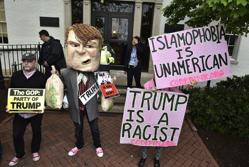 Protestors are seen outside of the Republican National Committee where Republican presidential candidate Donald Trump will meet party leaders on Capitol Hill in Washington, DC on May 12, 2016. / AFP PHOTO / MANDEL NGAN