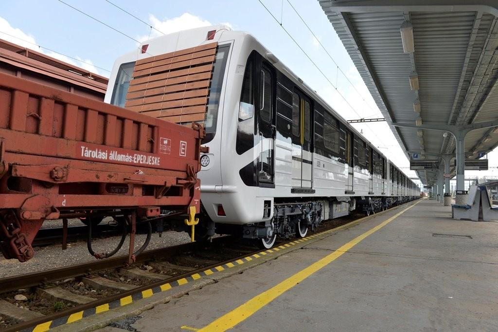 Magyarországra tartanak a 3-as metró első felújított szerelvényei
