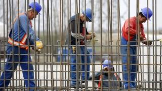 Zagyvarékas, 2015. március 27. Munkások egy Zagyva-híd pillérjén dolgoznak a leendõ M4-es autópálya Abony és Fegyvernek közötti szakaszának építésén Zagyvarékas közelében 2015. március 27-én. A kormány visszavonta az Európai Bizottságtól az M4-es projekt EU-s programként való elismertetését. Emiatt várhatóan felfüggesztik a jelenleg folyamatban lévõ beruházást és új közbeszerzési eljárást írnak ki. MTI Fotó: Bugány János
