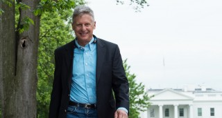 US Libertarian Party presidential candidate Gary Johnson walks in Lafayette Park across from the White House during an interview with AFP in Washington, DC, on May 9, 2016. Former New Mexico Gov. Gary Johnson is running for president as a Libertarian, just as he did 2012 when he managed to get 1.2 million votes. Regardless of his chances of a win, Johnson is reaching out to undecided Republican voters who are looking for a third-party option and are unconvinced that Donald Trump is the answer. / AFP PHOTO / Nicholas KAMM