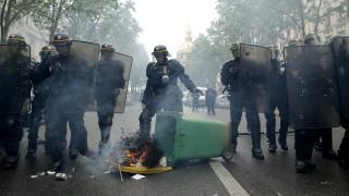 Párizs, 2016. május 12. Rohamrendõrök a francia kormány tervezett munkaügyi reformja elleni tiltakozáson Párizsban 2016. május 12-én. (MTI/EPA/Yoan Valat)