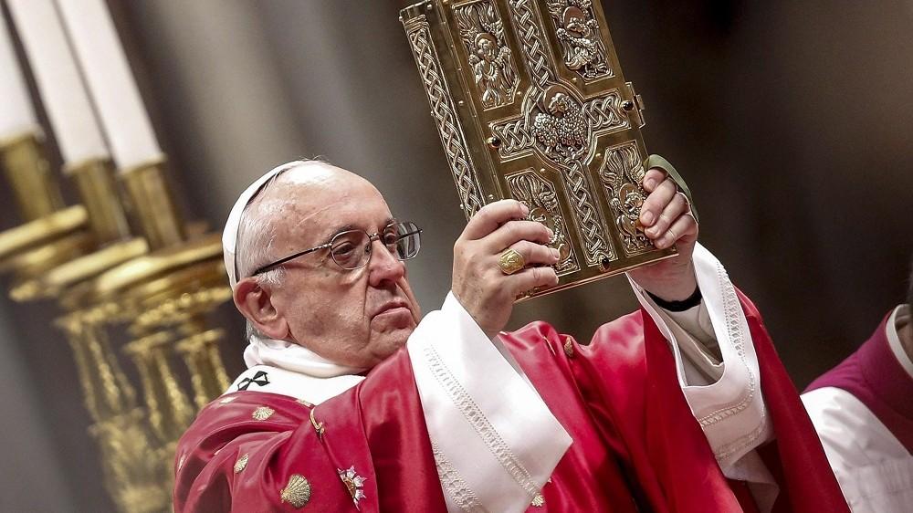 Vatikánváros, 2016. május 15. Ferenc pápa feltartja a Bibliát pünkösdvasárnapi miséjén a vatikáni Szent Péter-bazilikában 2016. május 15-én. (MTI/EPA/Giuseppe Lami)