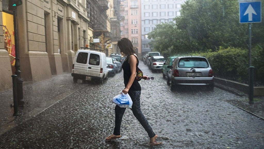Budapest, 2015. június 9.Jégeső és felhőszakadás Budapesten, a Jókai térnél 2015. június 9-én.MTI Fotó: Kallos Bea