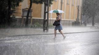 Budapest, 2010. június 14.Egy nő szalad a szakadó esőben a XVII. kerületi Keresztúri úton. Az Országos Meteorológiai Szolgálat (OMSZ) előrejelzése szerint az északi, északnyugati és keleti országrészben várhatóan előforduló zivatarokban felhőszakadásra, nagyobb méretű jégre, viharos széllökésekre is számíthatunk. A délutáni órákban 25-30 Celsius-fok valószínű.MTI Fotó: Földi Imre