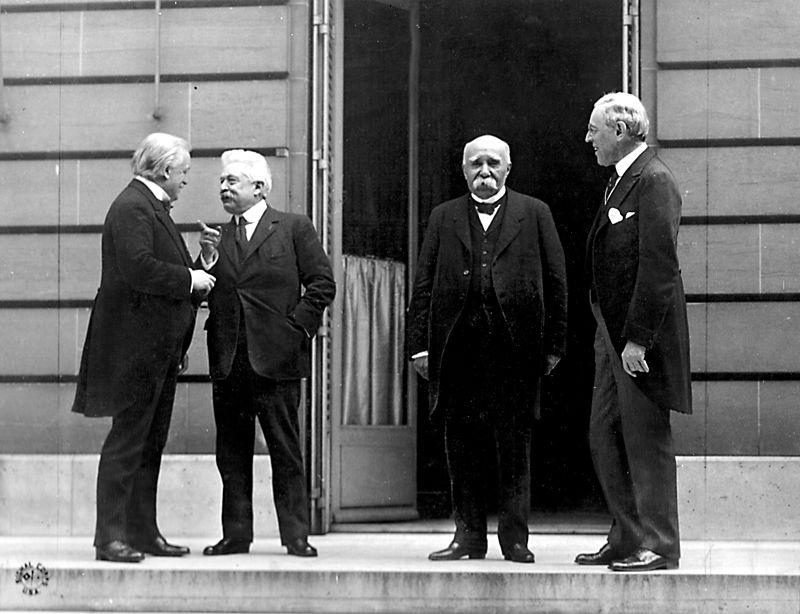 """A döntést meghozó """"négy nagy"""". Balról jobbra: Lloyd George brit, Vittorio Emanuele Orlando olasz, Georges Clemenceau francia kormányfő és Woodrow Wilson amerikai elnök (Forrás: Wikipedia)"""