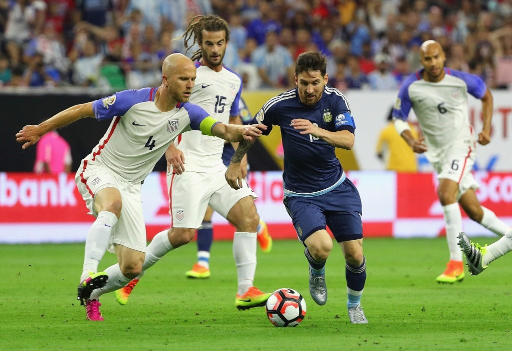 HOUSTON, TX - JUNE 21: Lionel Messi #10 of Argentina dribbles the ball against Michael Bradley #4 of United States in the first half during a 2016 Copa America Centenario Semifinal match at NRG Stadium on June 21, 2016 in Houston, Texas.   Scott Halleran/Getty Images/AFP / AFP PHOTO / GETTY IMAGES NORTH AMERICA / SCOTT HALLERAN