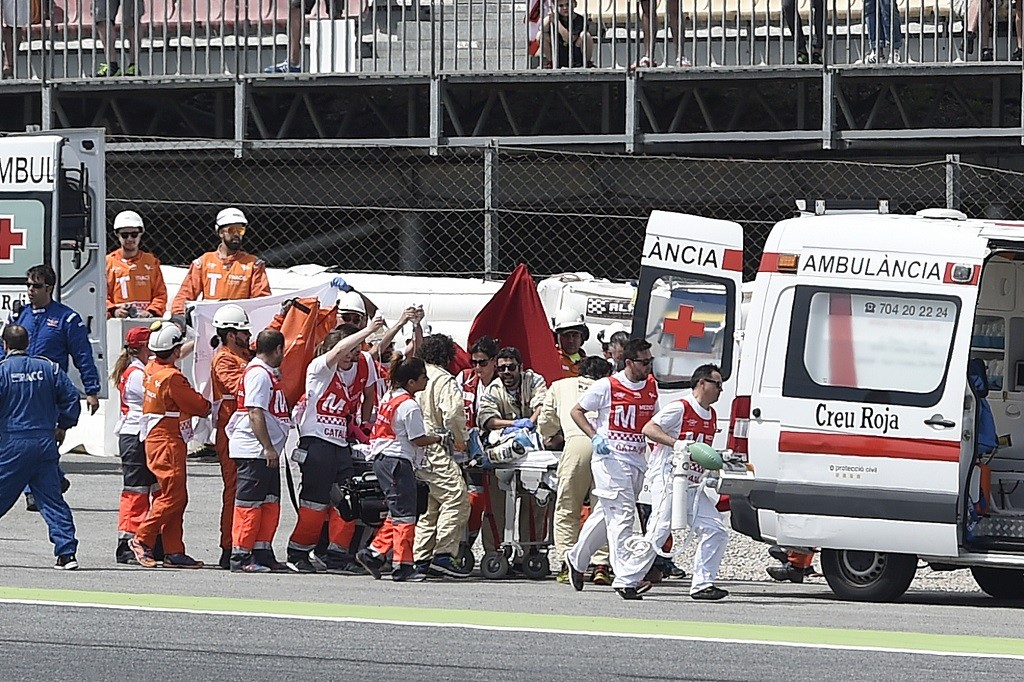 SAG Team Moto2 Spanish rider Luis Salom is evacuated by medical personnel after resulting injured in an accident at the Catalunya racetrack in Montmelo, near Barcelona, on June 3, 2016, during the Catalunya Moto GP Grand Prix second Free Practice session.  / AFP PHOTO / JOSEP LAGO