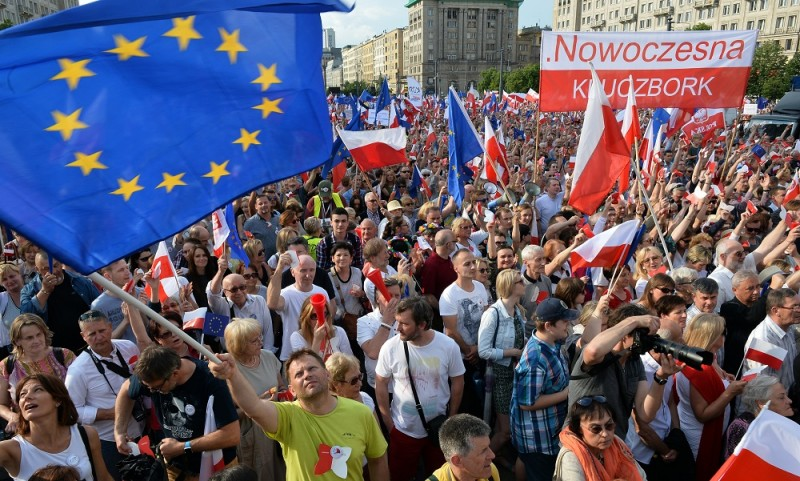 Supporters of the Committee for the Defense of Democracy (KOD) movement demonstrate in Warsaw on June 4, 2016 on the anniversary of first free election in 1989.    / AFP PHOTO / JANEK SKARZYNSKI