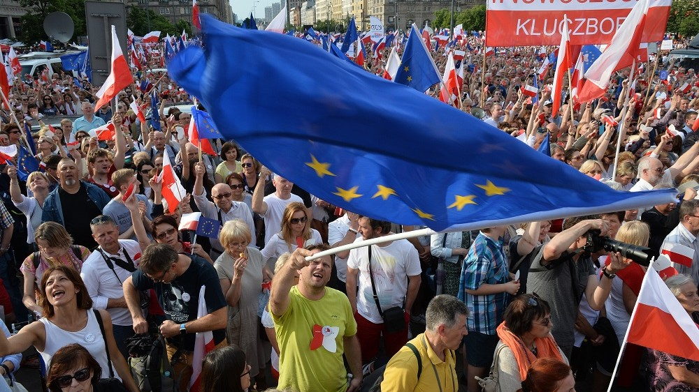 Supporters of the Committee for the Defense of Democracy (KOD) movement demonstrate in Warsaw on June 4, 2016 on the anniversary of the first free election in 1989.    / AFP PHOTO / JANEK SKARZYNSKI