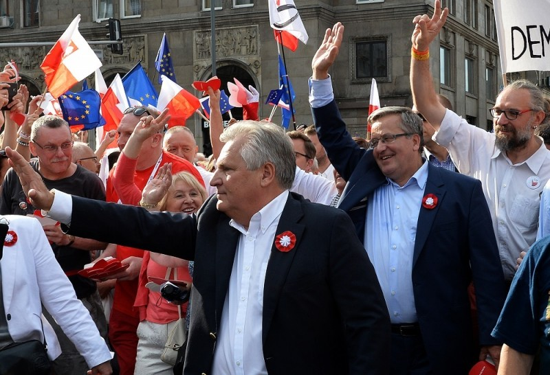 Former Polish Presidents Aleksander Kwasniewski (L), Bronislaw Komorowski (2ndR) and leader of KOD Mateusz Kijowski (R) attend a demostration of the Committee for the Defense of Democracy (KOD) movement in Warsaw on June 4, 2016 on the anniversary of the first free election in 1989.    / AFP PHOTO / JANEK SKARZYNSKI