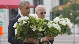 US President Barack Obama and Vice President Joe Biden place flowers for the victims of the mass shooting at a gay nightclub Sunday at a memorial at the Dr. Phillips Center for the Performing Arts in Orlando, Florida, June 16, 2016. / AFP PHOTO / SAUL LOEB