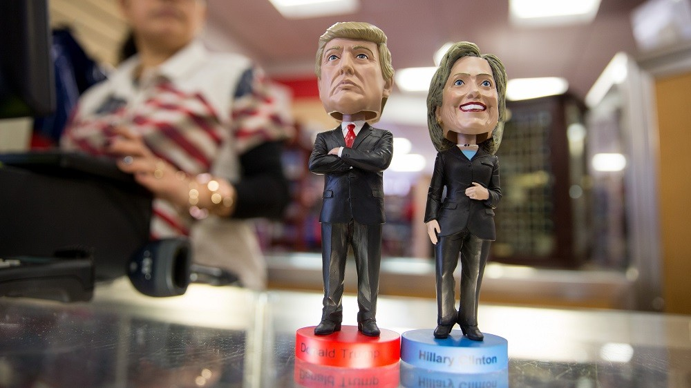 """Wobbling figures with the heads of Republican candidate Donald Trump and Democrat candidate Hillary Clinton, pictured on Super Tuesday in the """"White House Gift Shop"""" in Washington DC, USA, 1 March 2016. PHOTO: KAY NIETFELD/DPA"""