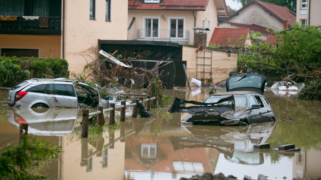 Cars sit in the floodwaters in a housing complex in Simbach, Germany, 02 June 2016. Following the flood catastrophe in Lower Bavaria, a fifth dead person has been retrieved. Photo:DANIELSCHARINGER/dpa